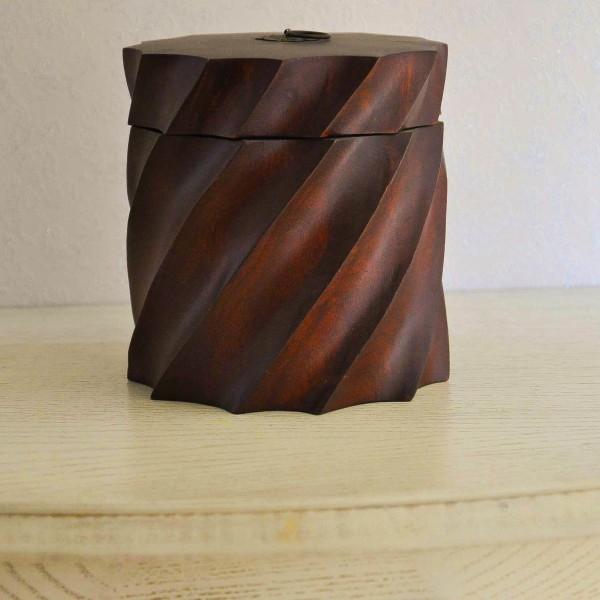 Декоративная емкость из дерева круглая с крышкой 15*15 см насыщенно коричневого цвета резная