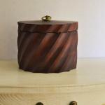Декоративная коробка из дерева круглая с крышкой 20*15 см насыщенно коричневого цвета резная