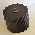 Декоративная деревянная коробка круглая с крышкой 20*15 см цвета венге резная