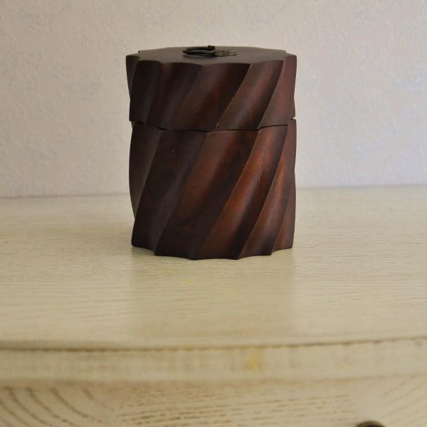 Декоративная коробочка из дерева круглая с крышкой 12*10 см насыщенно коричневого цвета резная