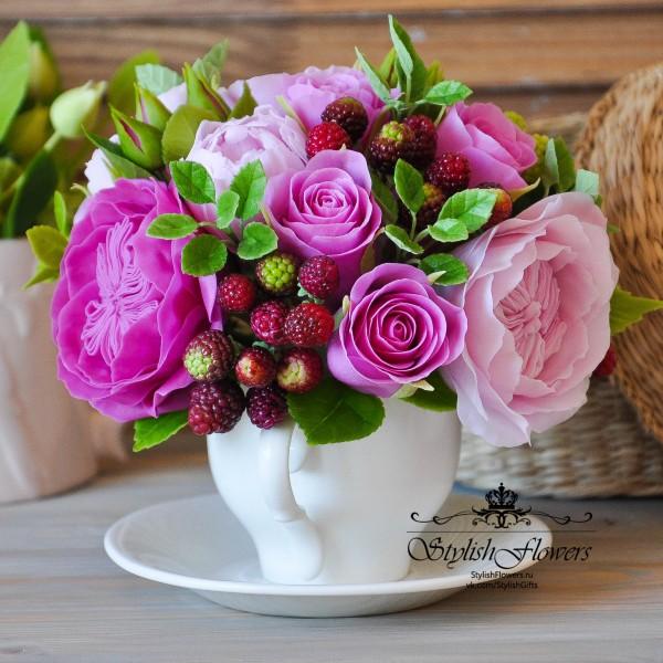 Цветочная чашка с розовыми розами и ягодами ежевики из холодного фарфора Modern Clay