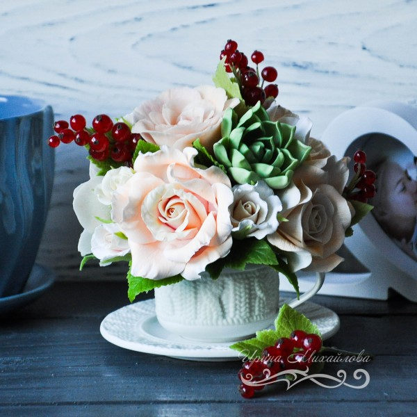 Композиция из полимерной глины - цветочная чашечка с розовыми розами, гибискусами, веточками ягод красной смородины