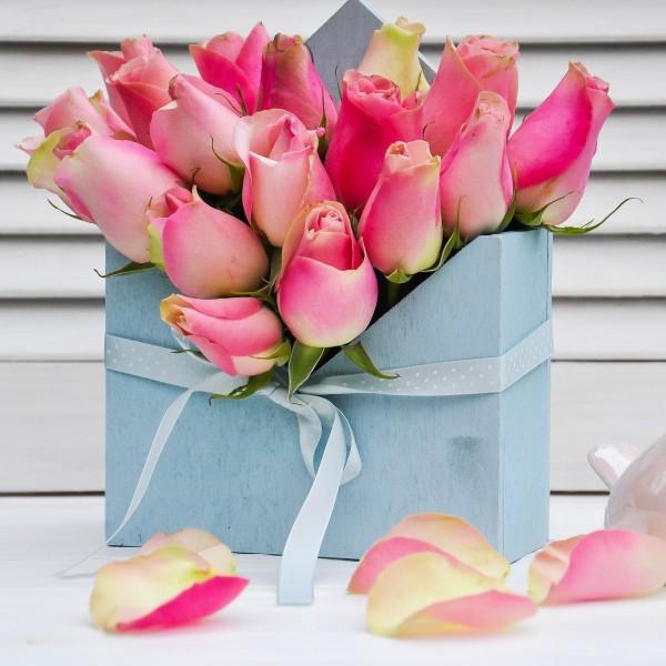 Цветочное письмо с розовыми розами в нежно-голубом деревянном конверте