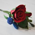 Шпилька с красной розой и ягодами синей малины