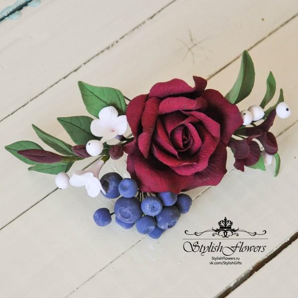 Крупная цветочная заколка в прическу из полимерной глины Deco Clay с красной розой и ягодами черники