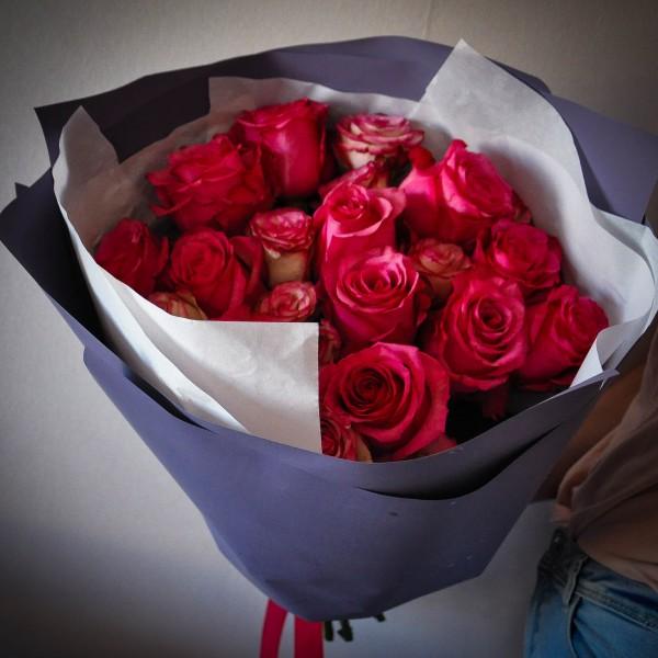 Монобукет из 9 ярко-розовых роз 40 см. в фолетовой бумаге
